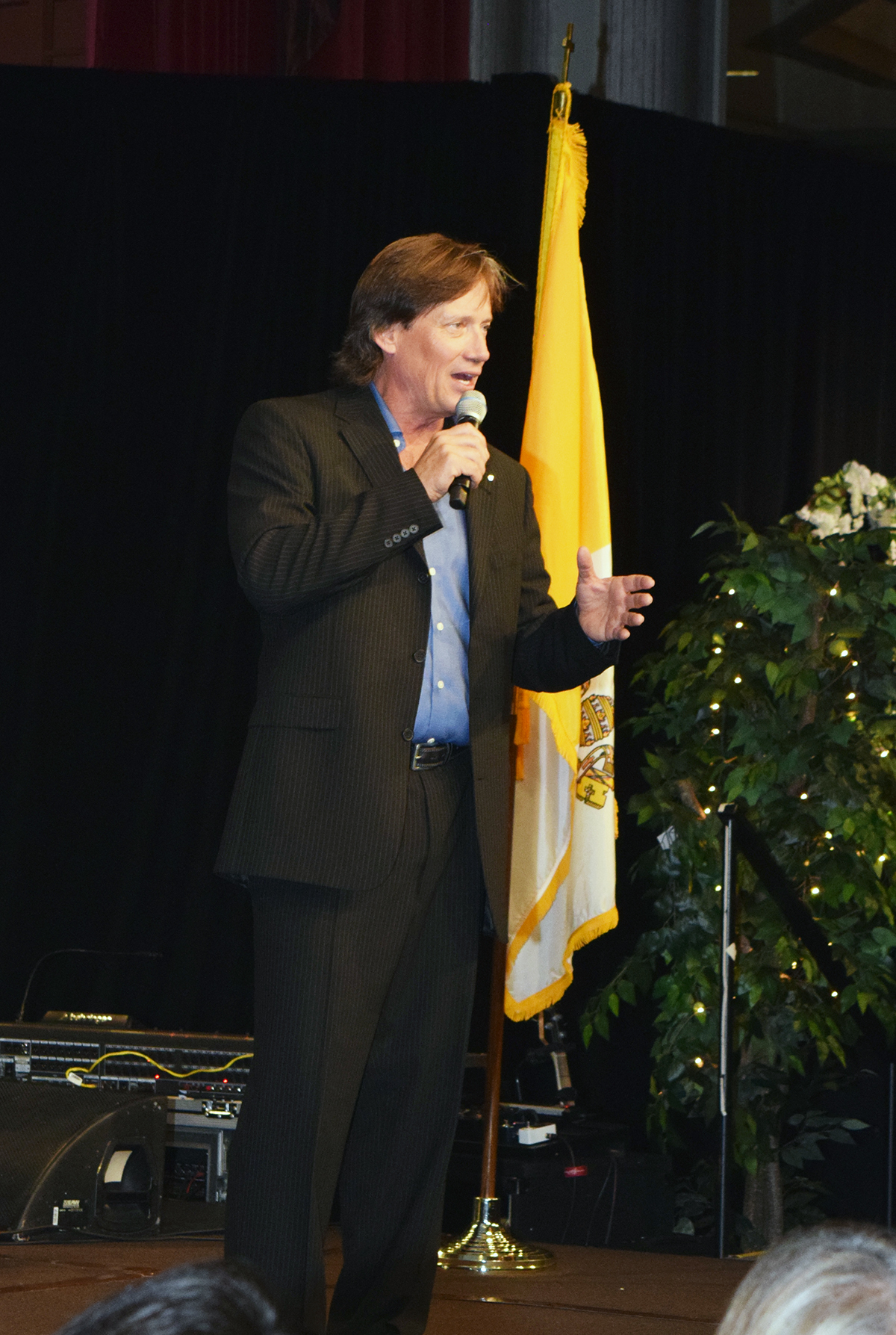 Kevin Sorbo addresses crowd